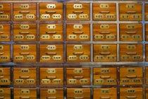 Cajones de farmacia de medicina tradicional china - foto de stock