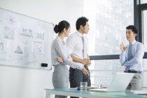 Chinesische Business-Team treffen im Sitzungsraum im Gespräch — Stockfoto