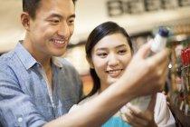 Китайська пара купівлі вина в супермаркеті — стокове фото