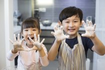 Irmãos chineses brincando com farinha — Fotografia de Stock