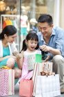 Parents chinois surprenante fille cadeau dans centre commercial — Photo de stock