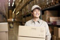 Maschi cinese scatole di trasporto dell'operaio del magazzino — Foto stock
