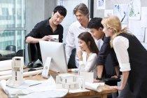 Багатоетнічного групою архітекторів, працюючи в офісі — стокове фото