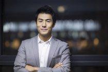 Portrait d'homme d'affaires chinois les bras croisés — Photo de stock