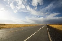 Highway in wilderness area of Qinghai province, China — Stock Photo