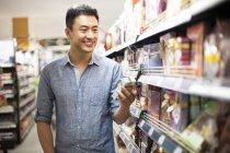 Китаец, покупки в супермаркете — стоковое фото