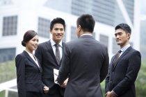 Squadra cinese di lavoro discutendo di affari sulla strada — Foto stock