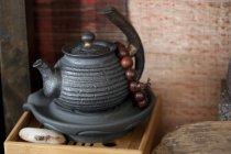 Théière chinoise et des perles de prière sur plateau en bois, gros plan — Photo de stock