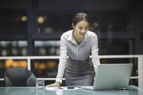 Donna di affari cinese che lavora fino a tardi in ufficio — Foto stock