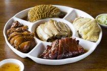 Vari piatti cinesi sul piatto porzionato — Foto stock