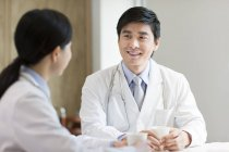 Médecins chinois parlant avec café à l'hôpital — Photo de stock
