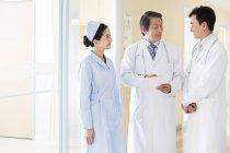 Chinesische Ärzteteam in Diskussion — Stockfoto