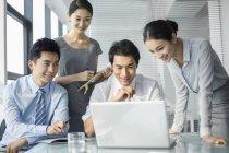 Китайський ділових людей, використовуючи ноутбук в офісі — стокове фото