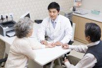 Китайский врач Измерьте пульс старших женщина в больнице — стоковое фото