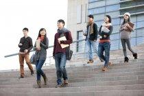 Китайські студенти йшов кроки корпус КНУ — стокове фото