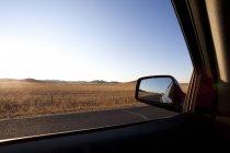 Specchio di sideview di auto con la strada che passa attraverso il campo in Cina — Foto stock