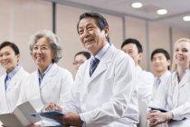 Medizinisches Personal mit treffen im Sitzungsraum — Stockfoto