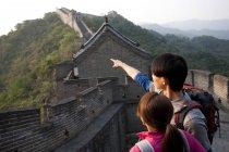 Turisti cinesi che puntano in vista sulla Grande Muraglia — Foto stock