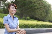 Китайський бізнес-леді розслаблюючій в парку — стокове фото
