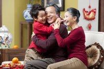 Großeltern umarmen Enkel im chinesischen Neujahrsfest — Stockfoto