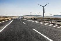 Routes et moulins à vent dans la province de Mongolie intérieure, Chine — Photo de stock