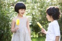 Китайські діти проведення льоду СОЗ в літній сад — стокове фото