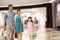 Famille chinoise avec fille faisant du shopping dans un grand magasin — Photo de stock