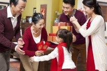 Familie mit Mädchen besuchen Großeltern mit Geschenken während Chinese New Year — Stockfoto