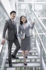 Uomini d'affari cinesi che parlano sulle scale — Foto stock