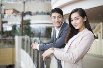 Chinesisches Ehepaar stand im Einkaufszentrum und in der Kamera suchen — Stockfoto