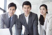 Китайський ділових людей дивиться в камеру в офісі — стокове фото