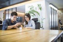 Trabajadores chinos se desarrollar la tableta digital - foto de stock
