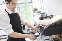 Barista chinois faisant du café dans le café — Photo de stock