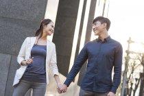 In piedi sulla strada e che tengono le mani delle coppie cinesi — Foto stock