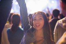 Mujer china divirtiéndose en el festival de música - foto de stock