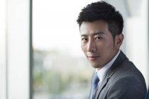 Portrait d'un homme d'affaires chinois regardant à la caméra — Photo de stock