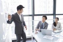 Китайський ділових людей обговорюють працювати у зустрічі — стокове фото