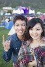 Coppia cinese che propone alla musica festival Campeggio — Foto stock