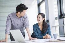 Colegas de negócios chineses conversando no escritório — Fotografia de Stock