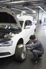 Chinesischer Automechaniker arbeitet in Werkstatt — Stockfoto