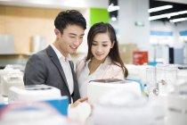 Chinesisches Ehepaar Wahl Multipfanne im Elektronik-Shop — Stockfoto