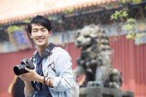 Китайська людина відвідування храму лама з цифрової камери — стокове фото