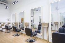 Friseursalon-Interieur mit leeren Stühlen — Stockfoto