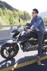 Chinese sitzt auf Motorrad auf Autobahn — Stockfoto
