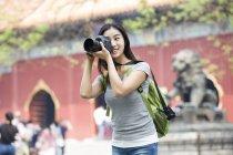 Donna cinese scattare foto nel Tempio di Lama — Foto stock