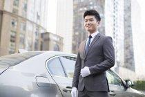 Autista cinese in piedi davanti alla macchina — Foto stock