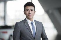 Portrait de l'homme d'affaires chinois à la recherche à huis clos — Photo de stock