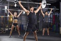 Спортсмены Китая поднимают штангу в спортзале — стоковое фото