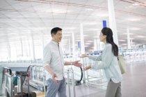 Reifen Sie, chinesisches Ehepaar Wiedervereinigung am Flughafen — Stockfoto
