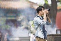Turista cinese scattare foto al Tempio Lama — Foto stock